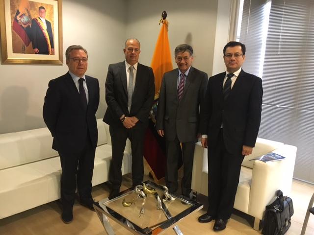 Toni con embajador y Cónsul Ecuador
